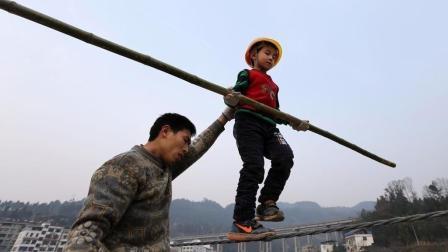 6岁男孩练走钢丝为出名
