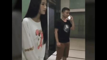 美女尿急, 而男子在电梯里镜对其……