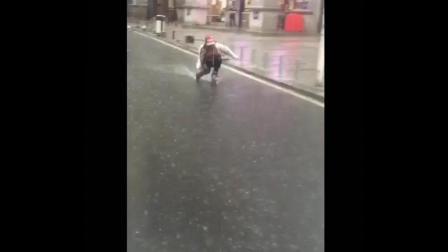 搞笑! 美女在雨中华丽的漫步