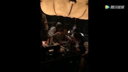 天王杨坤酒吧喝酒, 身边美女如云, 跟好哥们聊天