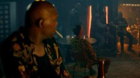 酒吧里一美女单挑一群小混混, 把旁边的大老黑看