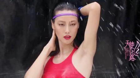 五位维密超模美女三亚拍泳装照, 被泼水却不能眨