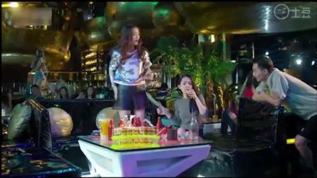 美女酒吧钓凯子, 见到帅哥就称醉酒, 帅哥也很愿
