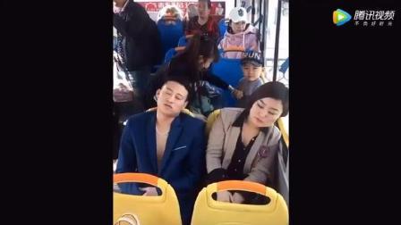 实拍: 一小伙在公交车上睡蒙圈了 , 接下来旁边美