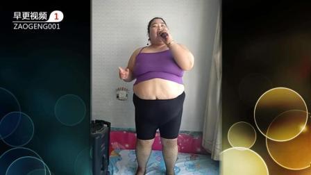 搞笑视频: 美女唱歌露肚脐影响听觉