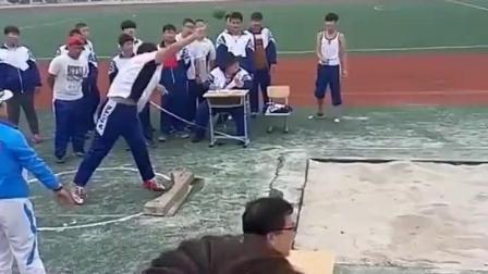 校运动会上搞笑一幕, 同样是胖子, 让人想起范伟