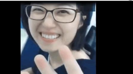 搞笑捉弄视频: 美女同事被捉弄但笑的好甜