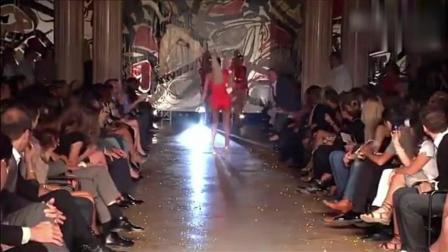 爆笑糗事: 国外时装秀现场, 一美女模特走路极其