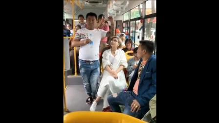 二货美女坐公交, 太搞笑了, 看一次笑三天