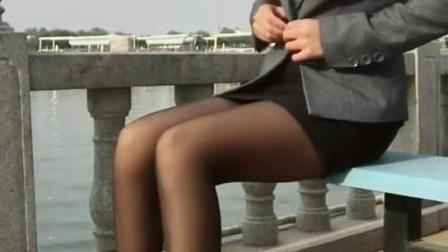 我就想悄悄的坐你后面, 静静欣赏你的丝袜美腿