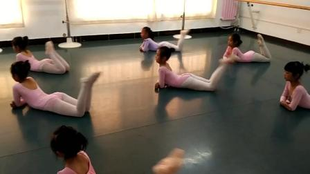 舞蹈三级考试练习《曲腿》