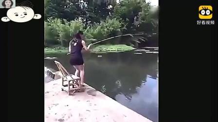 短裙美女在河边钓鱼, 上钩的那一刻很激动, 下一