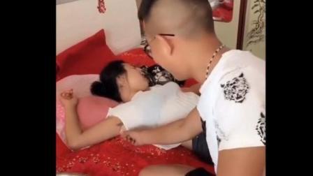 搞笑: 趁着美女睡觉, 男子拔她腋毛, 美女起来一