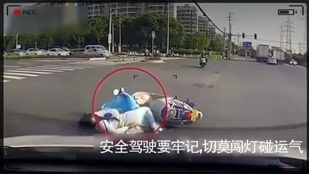 美女骑电动车闯红灯, 倒地的姿势很尴尬, 记录仪