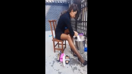 黑丝袜包臀裙美女真勤快, 穿着高跟鞋洗衣服