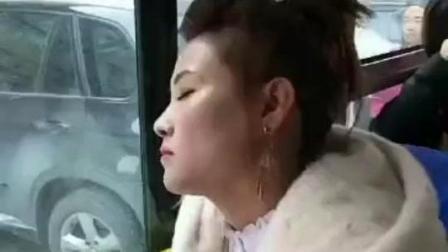 【搞笑】美女在公交车上睡着了 下一秒 发生一件