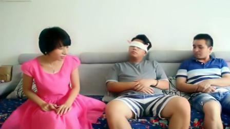美女为了给男友惊喜, 给他带上眼罩, 结局尴尬又