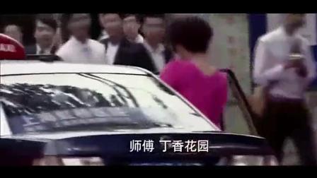 时尚的美女出租车内换衣服, 司机只顾看差点出车
