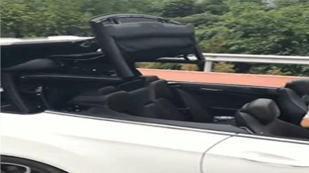 两豪车在路边VS 美女撑大伞遮太阳