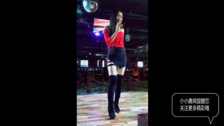 实拍酒吧歌舞表演现场, 漂亮的女歌手