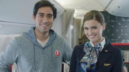 """美女空姐和""""男巫""""共同演绎神奇的飞机安"""