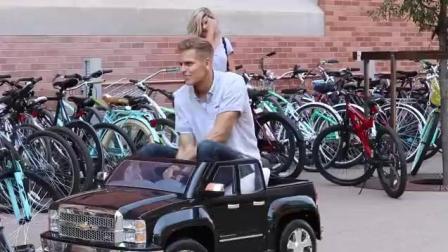 开着玩具车搭讪美女, 美女们会愿意上车吗?