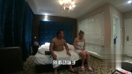 美女宾馆洗澡约炮, 三个前男友冲进来!