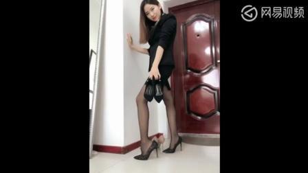 美女穿黑色丝袜不知道搭配哪双高跟鞋