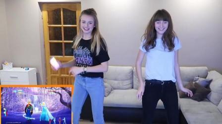 两个美女在家用体感游戏机跳冰雪奇缘太美了