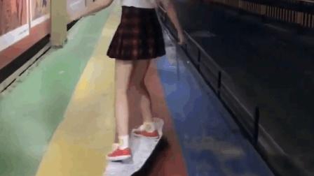 清纯美女街头玩滑板, 这超短裙随着身材晃来晃去
