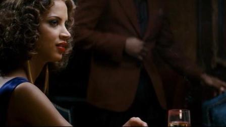 两个警官在酒吧找线索, 不过塔克的看到美女就挪