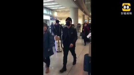 综艺娱乐: 机场偶遇范伟和黄渤, 两个实力演员太