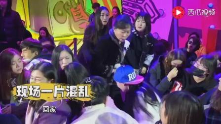 某综艺节目现场突发! 小女孩追星被妈妈抓住暴打