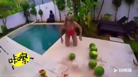 比基尼美女蹲碎大西瓜