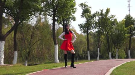 这是谁不要的小媳妇,在路边跳水兵舞!太抢眼了