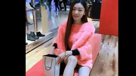 美女空姐逛商场的时候穿筒靴太闷了, 脱了靴子给