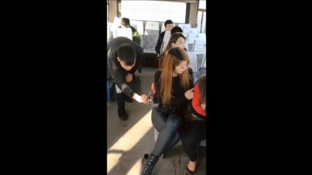 男子偷手机被抓, 一听美女建议, 果断自行报警