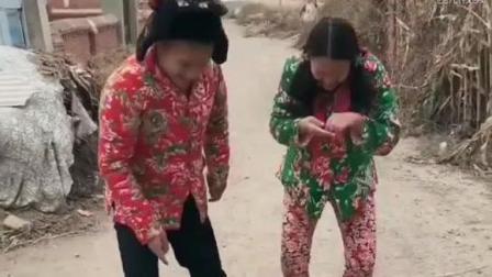 二货美女卖西瓜, 太有意思了!