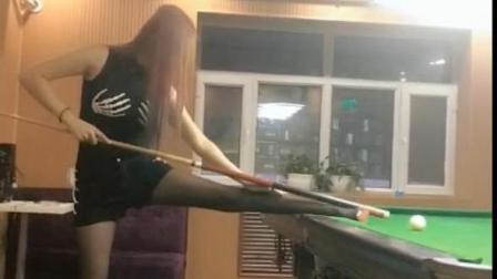 美女用腿当支架打台球, 我直接被整懵圈了, 笑趴