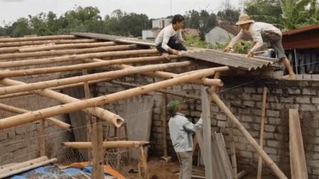 实拍农村建房搭棚盖房顶,这条件,搭的是牛棚吧!视频