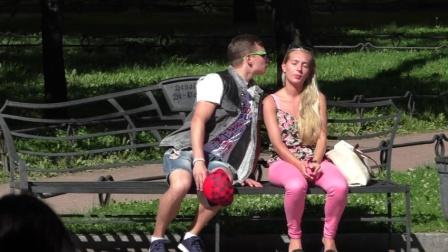 国外男子公园强吻不同美女, 各美女惊慌失措很搞