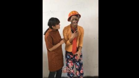 搞笑视频: 傻子上学, 美女老师太逗了