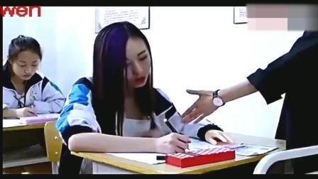 美女考试与监考老师斗法! 看一次笑一次, 太逗了