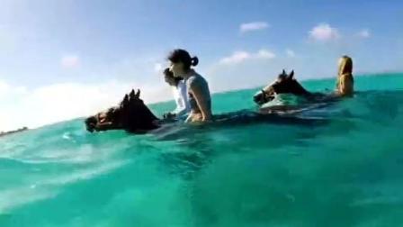 美女骑马下海玩水, 这么会玩?