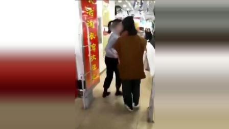 实拍19岁美女偷衣服被抓 遭母亲狂扇耳光
