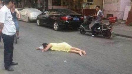 短裙美女摔倒在地,衣着暴露,没人理。412