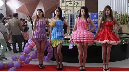 美女太有创意了穿上气球扎成的连衣裙, 就不怕被