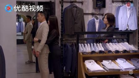 导购员小姐服务太周到! 帮人扣个扣子的事, 硬是把衣服卖出去了