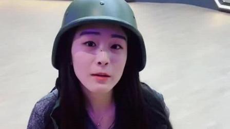 爆笑恶搞健身美女 凉凉带着小炮兵的帽子在玩游
