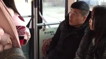 公交车上为一个座位, 美女使出的招式太绝了